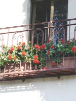 Make Be-leaves artificial flowering balcony planter
