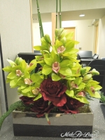 Cymbidium_Orchids_and_Roses_arrangement